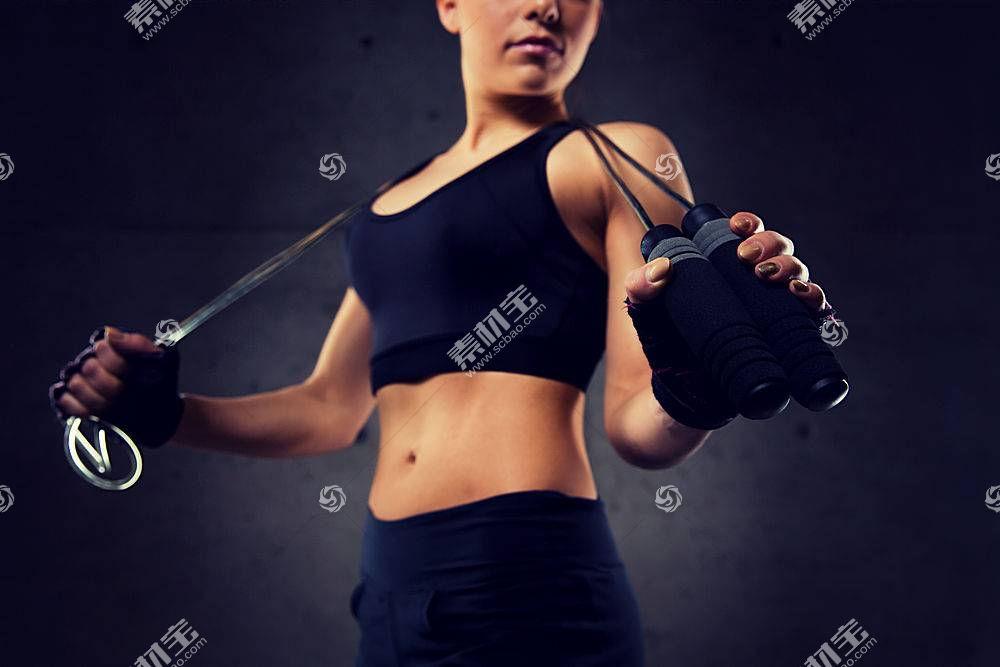 拿健身器材的美女