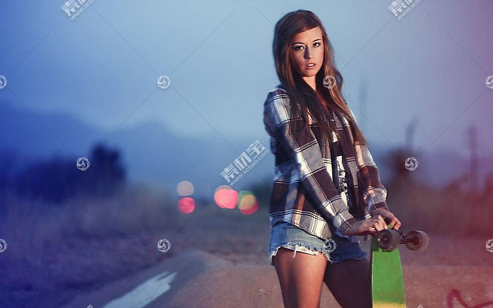 人,长板,黑发,美女,滑板,长发,背景虚化,看着观众,牛仔短裤,模特,