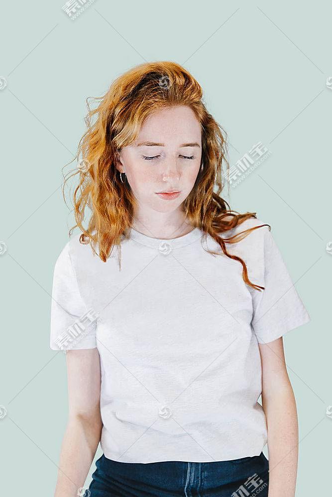 外国女性灰白T恤服饰LOGO展示样机