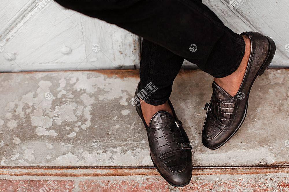 黑人站姿的皮鞋特写