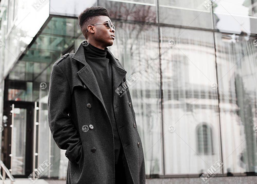 街拍穿黑大衣的黑人男子
