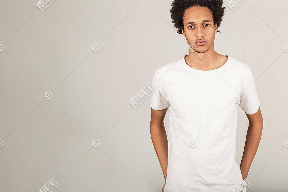 穿白色T恤的男子