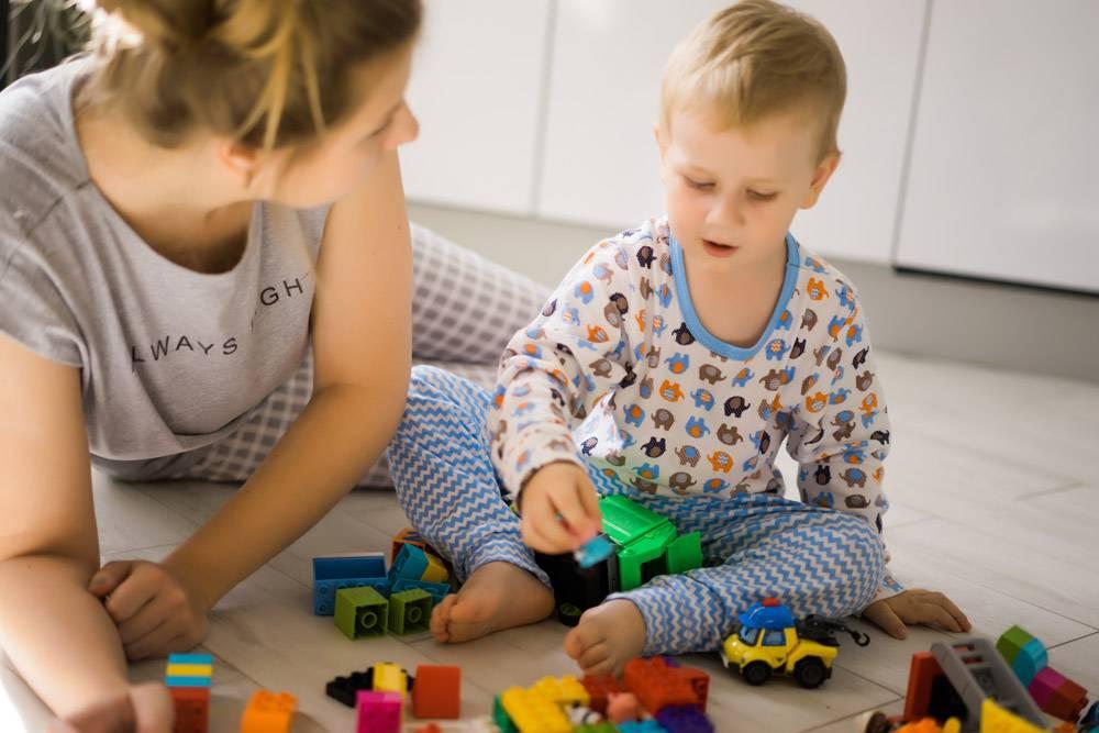 男孩和妈妈穿着五颜六色的建筑工具包玩耍_1537339