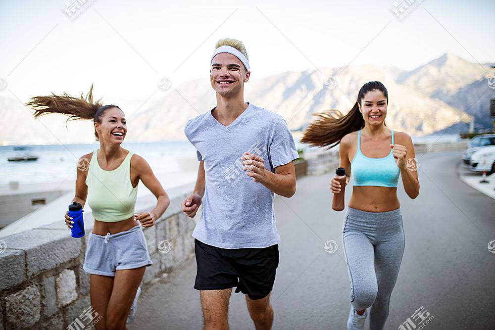 跑步的男女