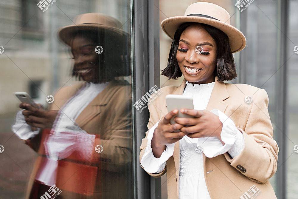 正在看手机回复信息的女性