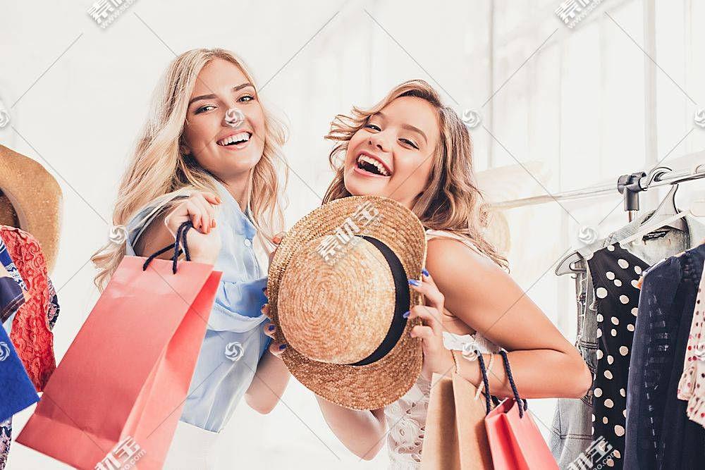 在逛街购物的女性