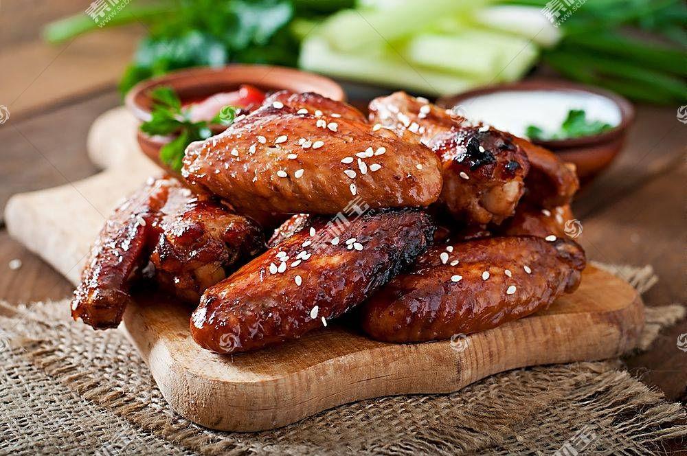 美味可口的烤鸡翅