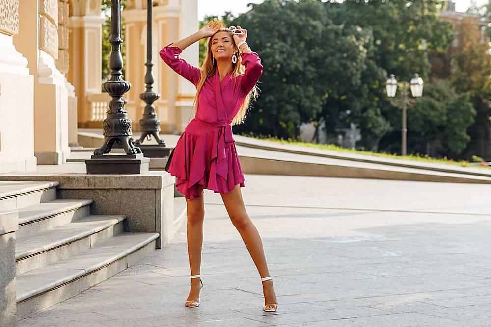 身穿优雅丝绸连衣裙的诱人金发女子肖像_919828001