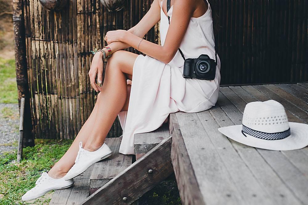 在亚洲热带度假的年轻美女夏日风格白色_1151321701