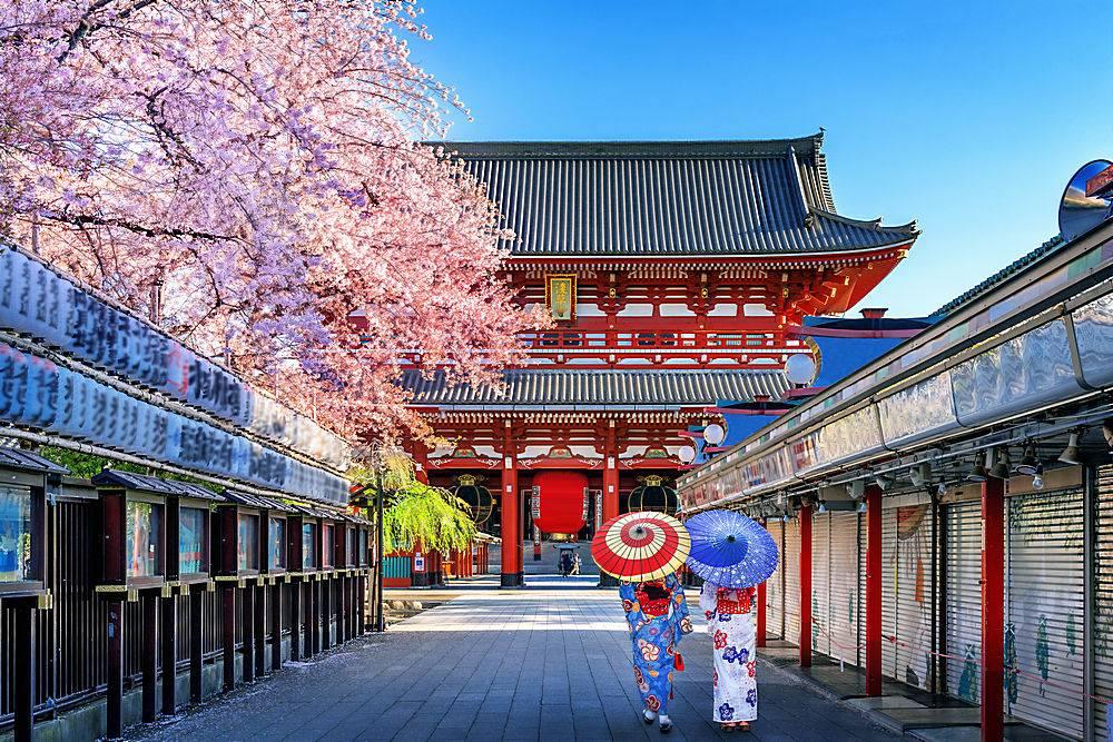 在日本东京的寺庙里一位穿着日本传统和服_1082449301