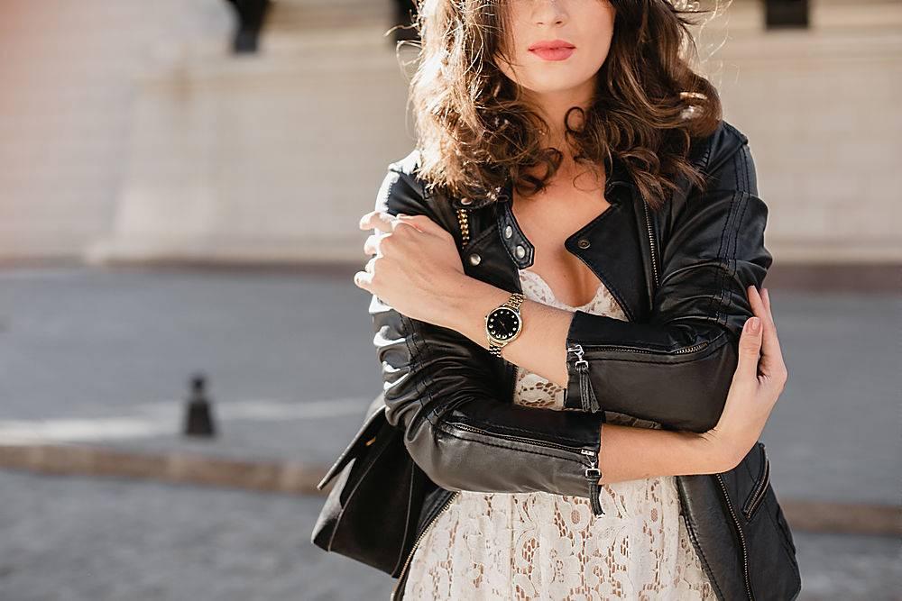 时尚细节特写一位身穿黑色皮夹克和白色蕾_1154210001