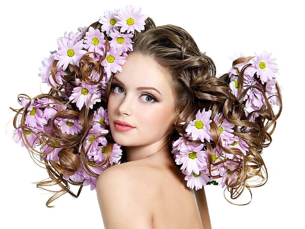 春暖花开留着年轻美人的长卷发白色空间_1087529901