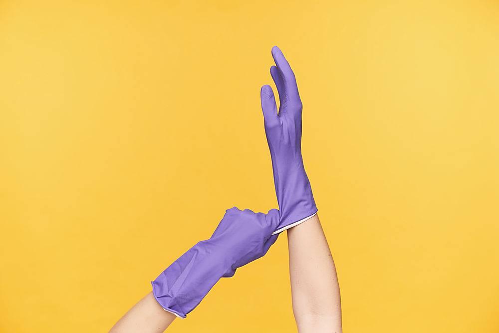 室内照片女性双手在黄色背景上摆姿势在_1258517701