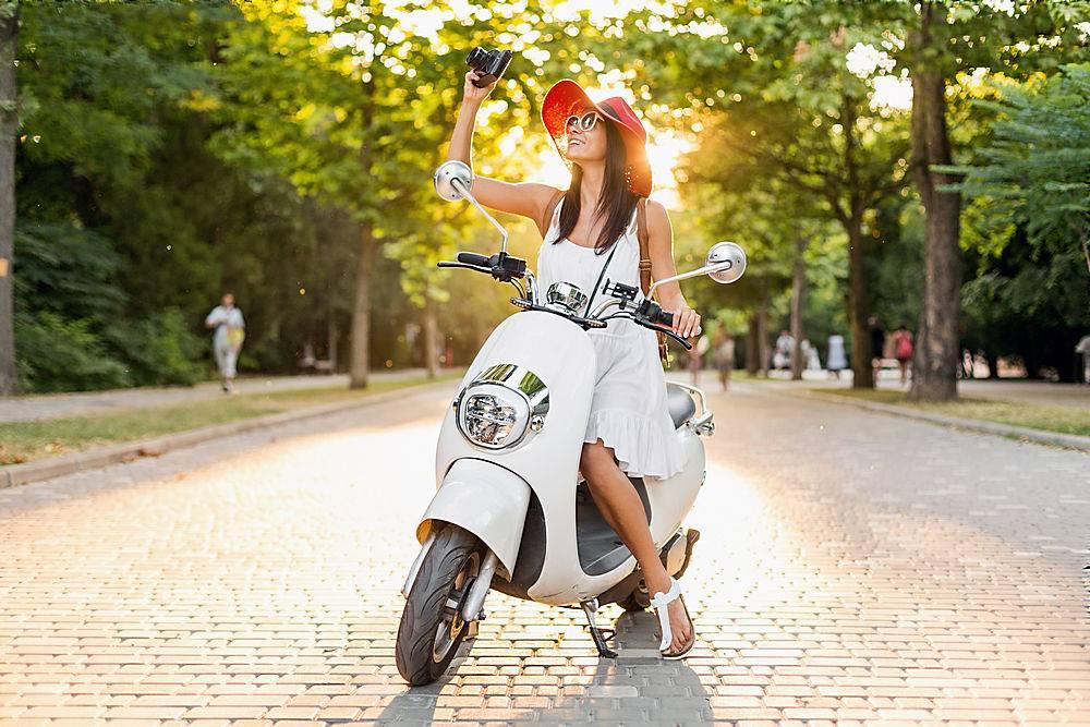 一位迷人的微笑女子穿着白色连衣裙戴着红_1068622201