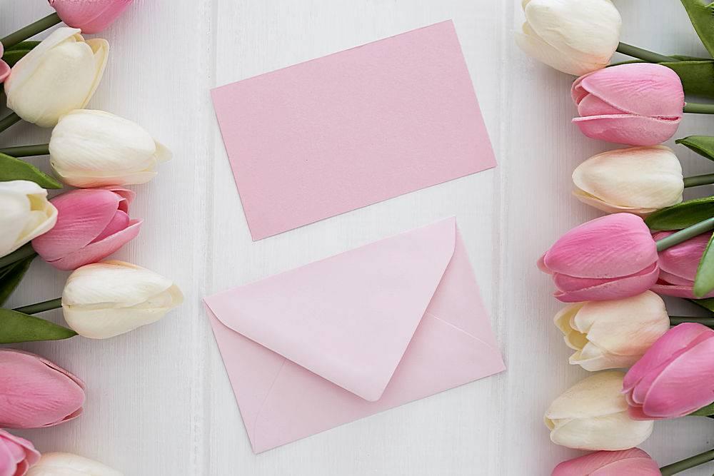 白色木质背景上印有郁金香花朵的可爱贺卡和_382656401