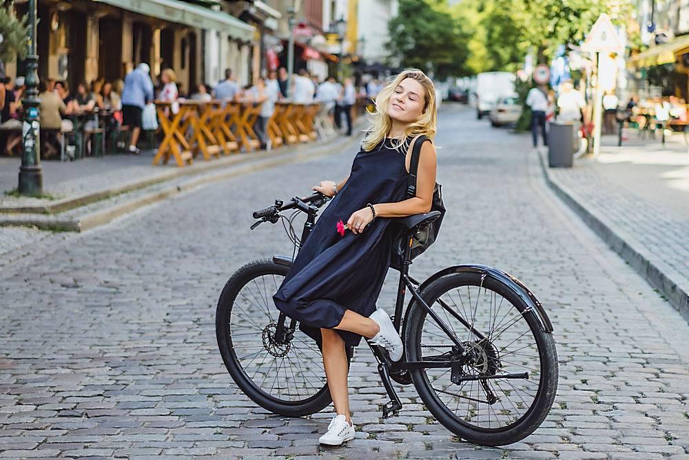 欧洲城市里骑自行车的年轻女运动员城市环_373581801