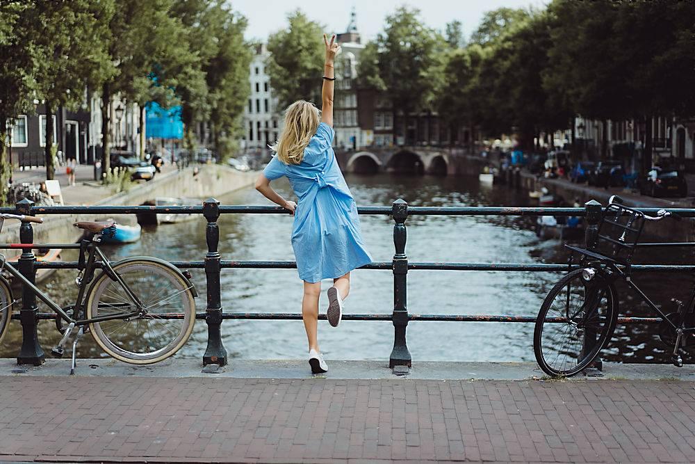 阿姆斯特丹桥上一个穿蓝色连衣裙的女孩_364054501