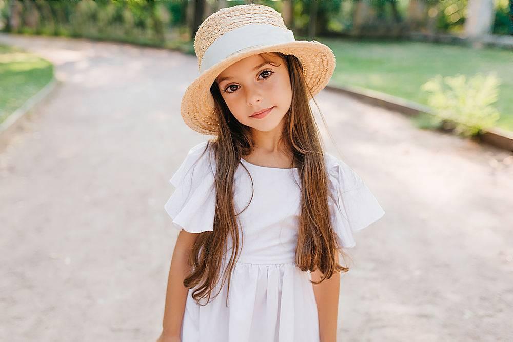 戴着优雅的帽子站在路上长睫毛的时髦小姑_1048514201