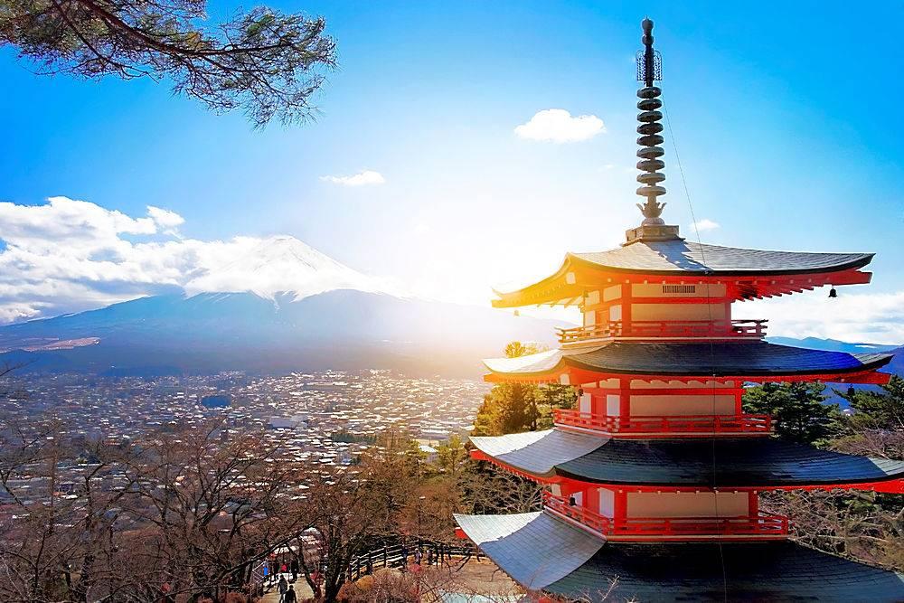 蓝天下的日本复古建筑塔