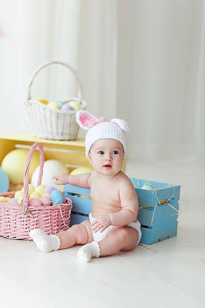 可爱的小女孩坐在家里的地板上放着复活节彩_246225501
