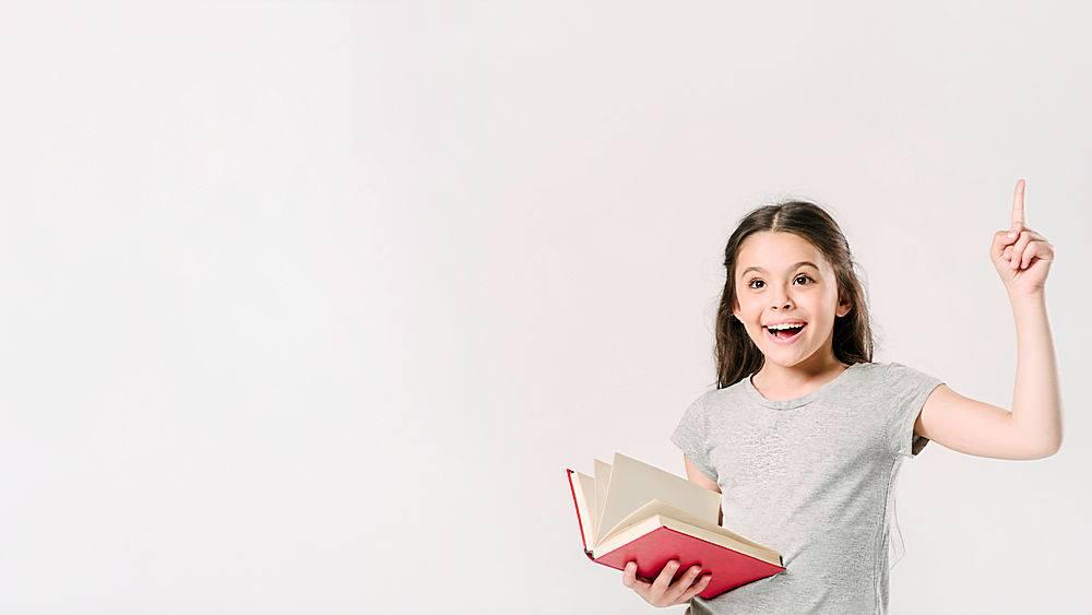 三年级学生兴奋地拿着书站着_237774301