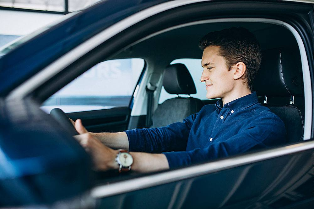 一个年轻人在找一辆要租的车_550812001