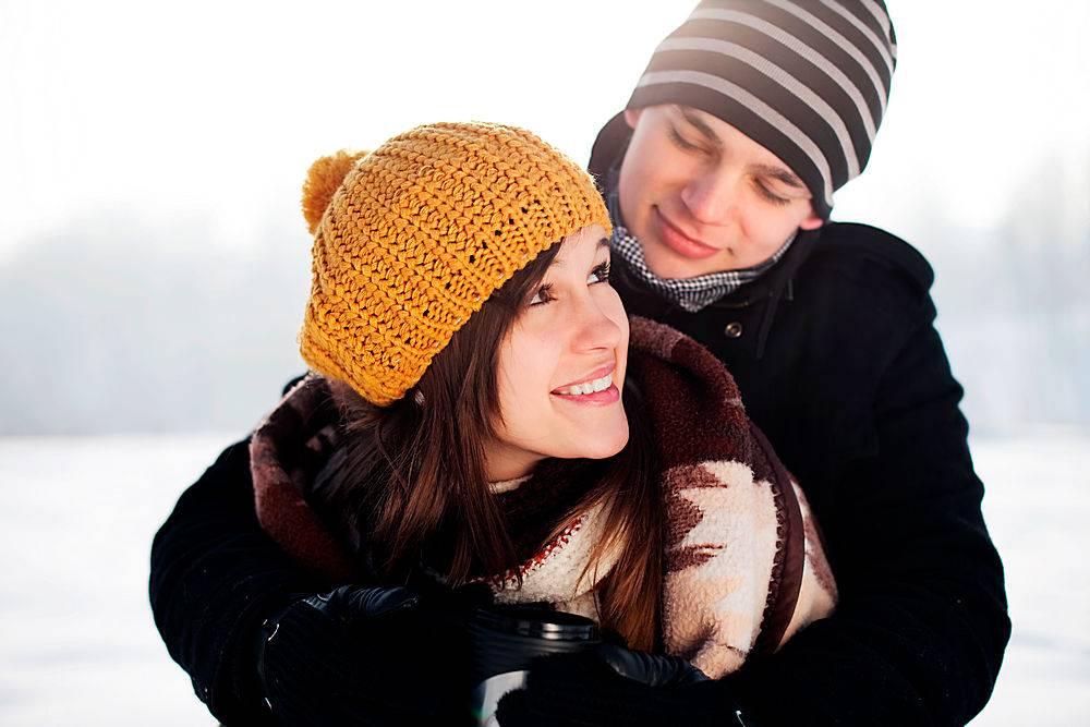 一个年轻人用毯子把他的女朋友包起来_1247074901