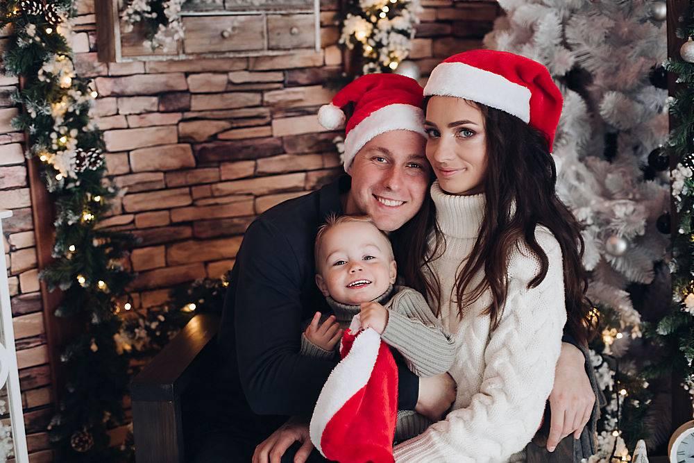 一个快乐的家庭和一个小孩子在一起玩耍的肖_1093681001