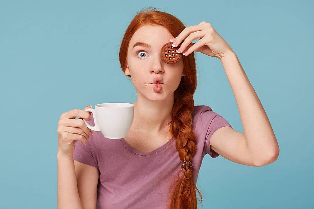一个滑稽漂亮的红发女孩嬉戏的特写_1062772601