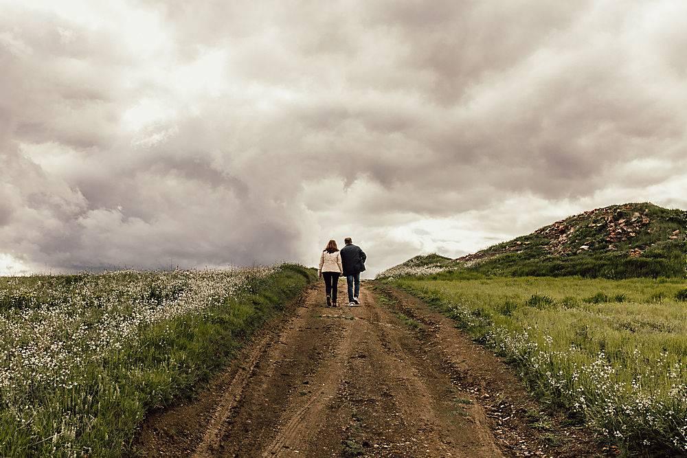 在雾蒙蒙的天空下一男一女走在山谷里的一_795579901
