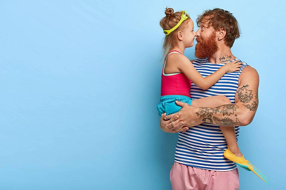 可爱的小孩子和她的父亲摸着鼻子一起度过_1249478101