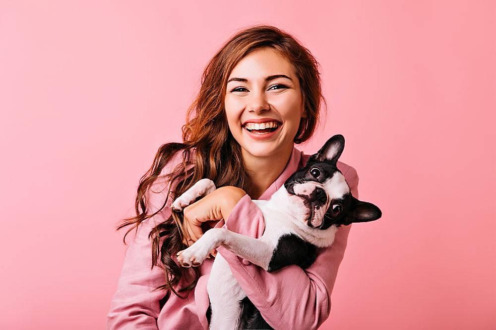 很棒的歐洲女模特帶著小狗玩得不寒而栗溫_1193474301