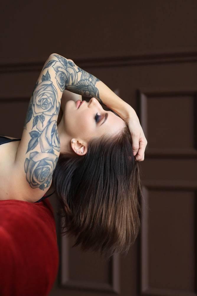纹身摆姿势的迷人年轻女子_842432201