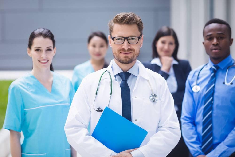 一队医生一起站在医院内_9597161