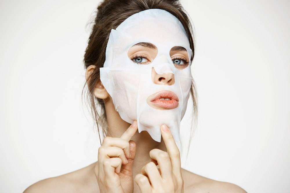 戴面膜的年轻女子美容水疗和美容_9028326