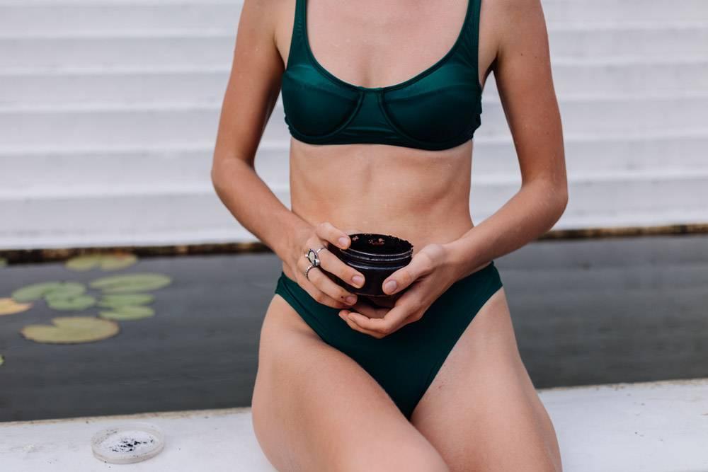 户外拍摄的女人用咖啡身体擦洗的照片_13130984