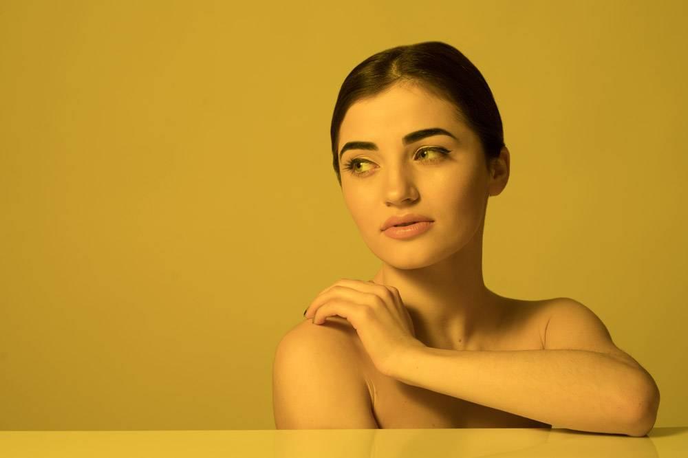年轻美女的脸部护理和护肤_8471599