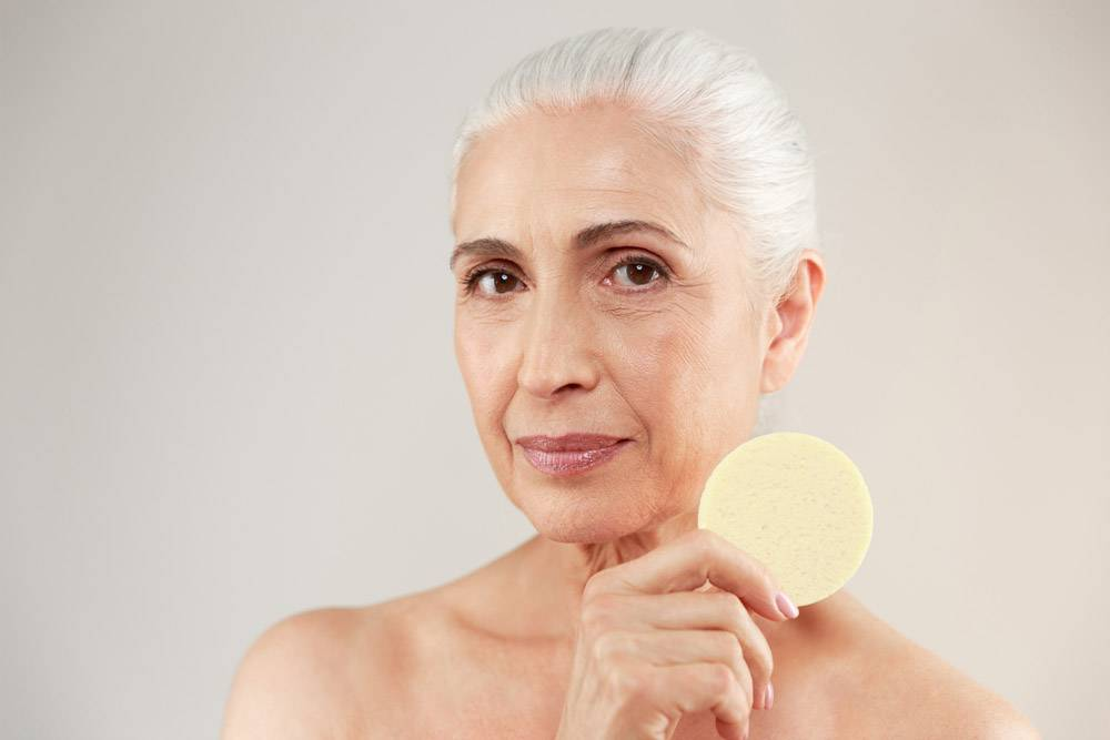 一位半裸的老年妇女的美人肖像特写_7339968