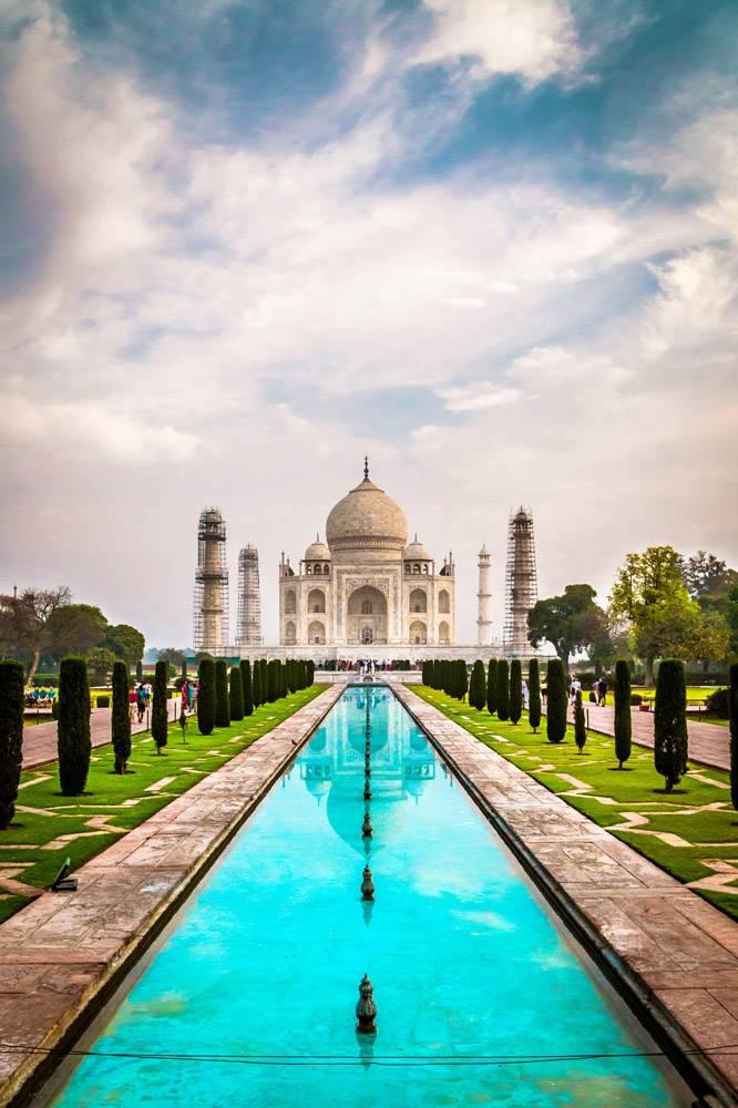 多云天空下印度阿格拉泰姬陵建筑的美丽垂直_1047753101