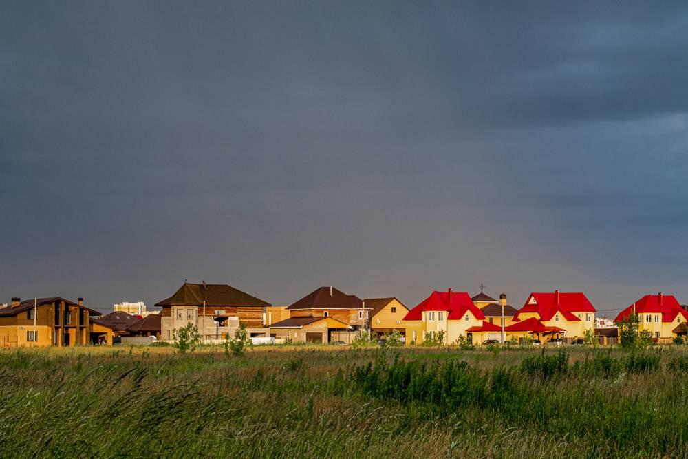 多云天空下彩色房屋的水平镜头_1323498501
