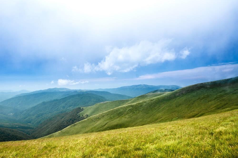 乌克兰喀尔巴西亚山脉的美丽风景和多云的天_808558801