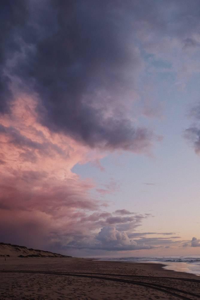 垂直拍摄日落后海滩上令人叹为观止的紫色天_10809812