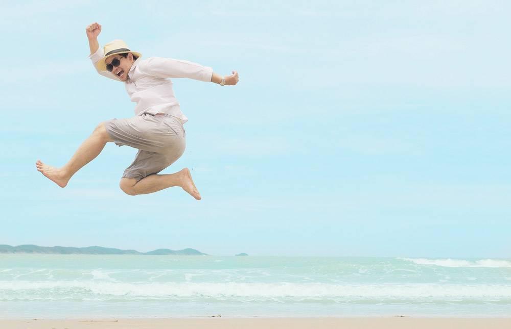 一名男子在泰国海滨度假时跳得很开心_3805684