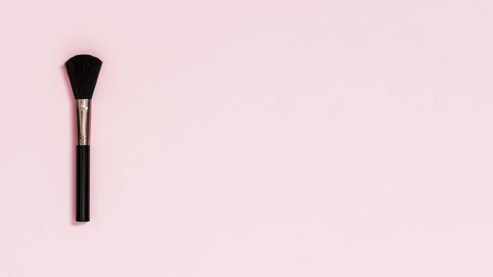 粉色背景上的黑色化妆笔_4435607