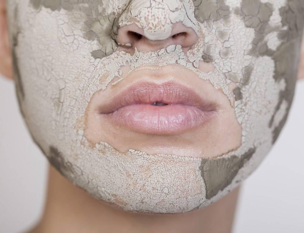 美丽的女人在极致地特写她的脸部护理_5513605