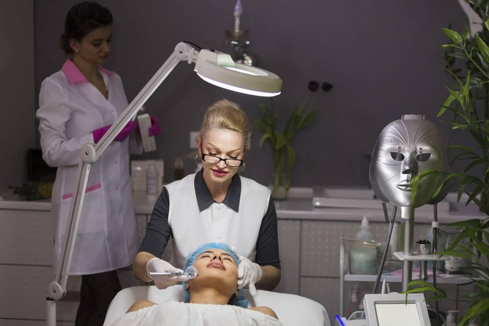 一名在美容院接受面部护理的女孩_4724451
