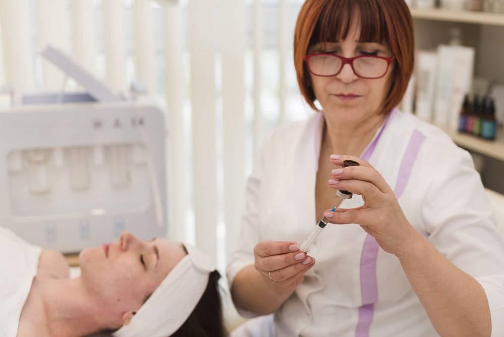 一名在美容院接受面部护理的女孩_4724460