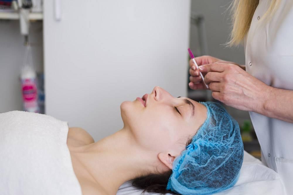 一名在美容院接受面部护理的女孩_4724471