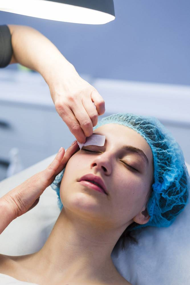 一名在美容院接受面部护理的女孩_4724475