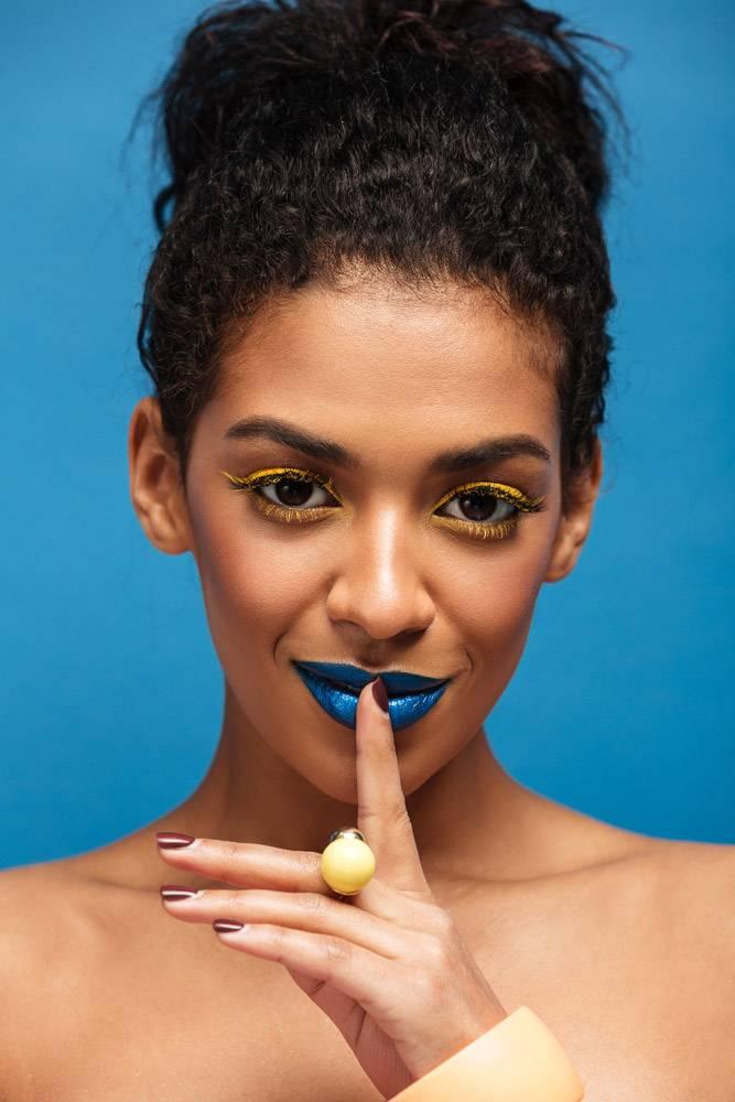 半裸非洲女子的特写美女肖像带着时尚的化_6729884